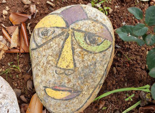 Bemalter Stein. Hypnose ist die Sprache, die dein Unterbewusstsein versteht